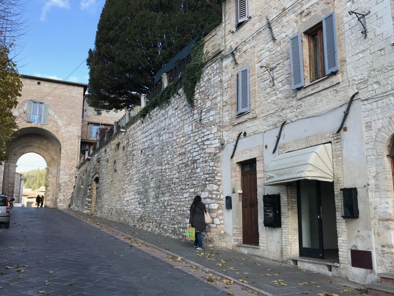 Affitto Locale Commerciale Assisi / Rent Commercial Space Assisi – Via Borgo Aretino