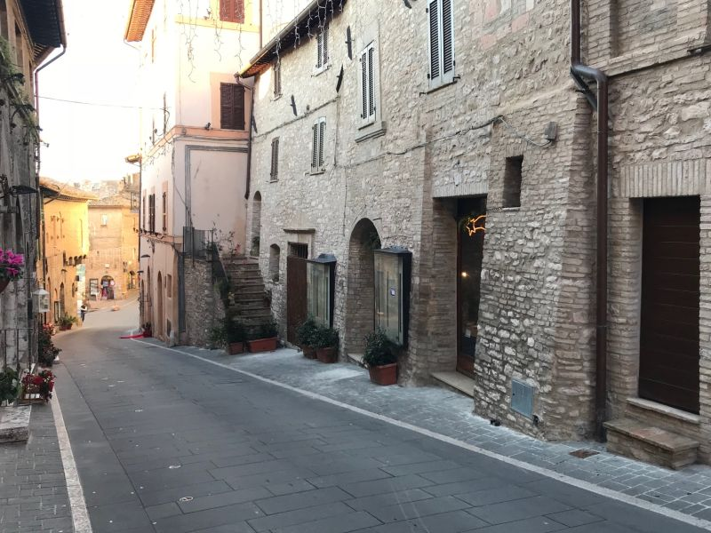 Affitto Locale Commerciale Assisi / Rent Commercial Space Assisi – Via Fontebella