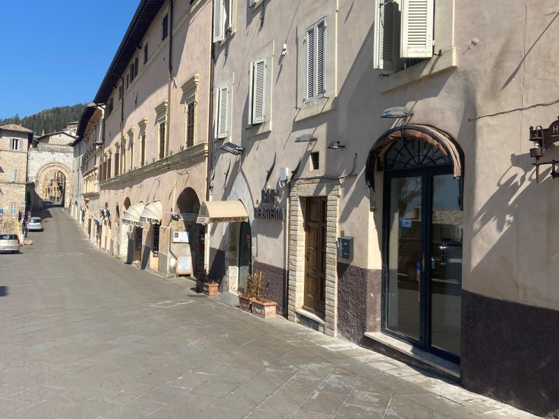 Affitto Locale Commerciale Assisi / Rent Commercial Activity Assisi – via Santa Chiara